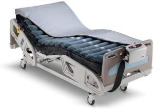 Pflegebett mit Dekubitusmatratze